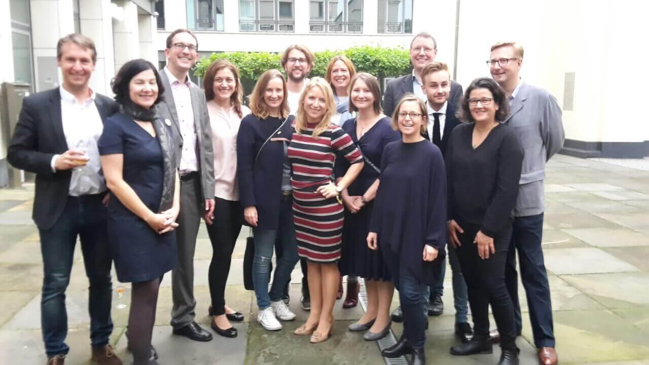 Daniela Kluckert feiert ihren Wahlerfolg mit Mitgliedern der FDP Pankow